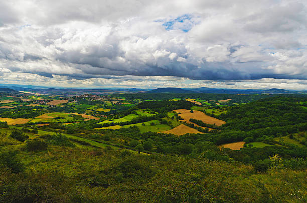 Plateau de Gergovie avec forêts et ciel bleu nuageux