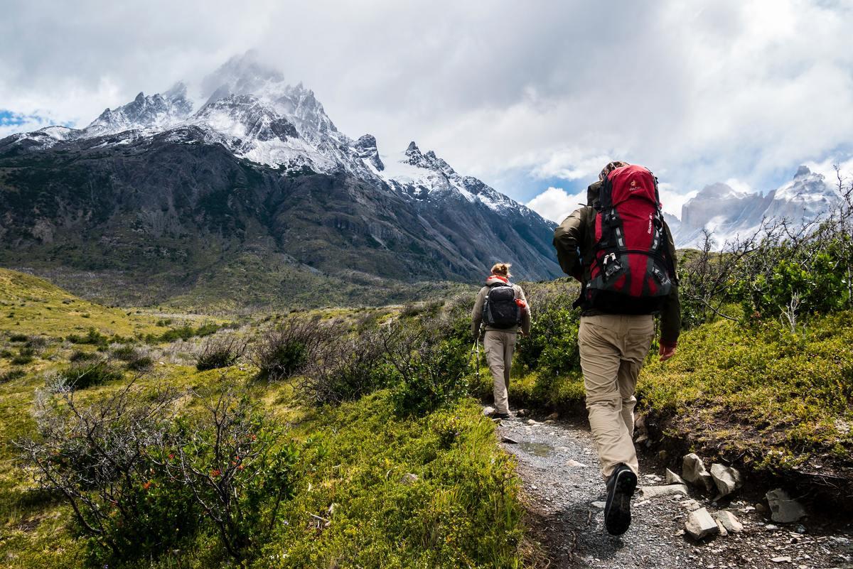 deux personnes marchent en randonnée pédestre pendant des vacances en pleine nature