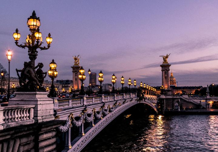 Paris à la tombée de la nuit